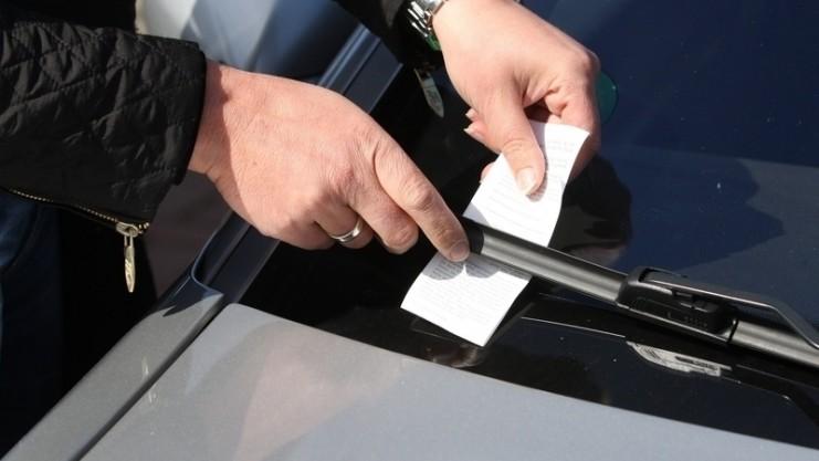 раздача листовок на машины